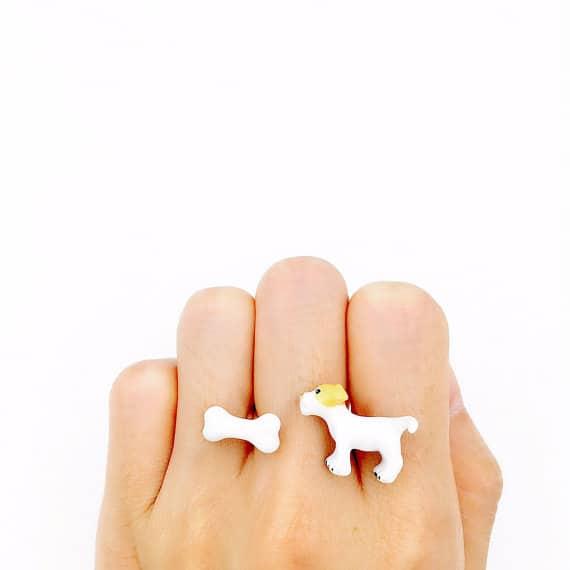 Hund mit Knochen Ring
