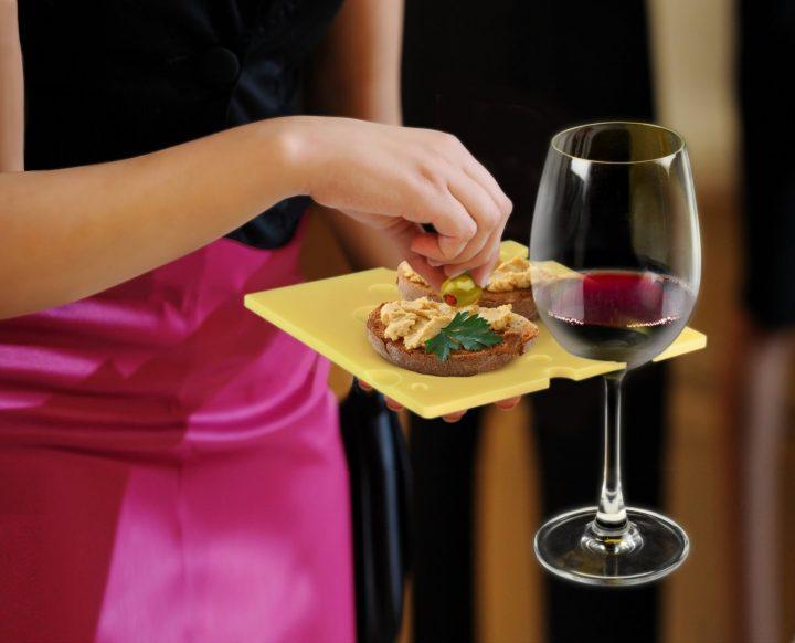 Wein haltende Party-Teller