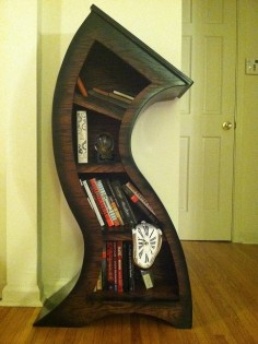 Verbogenes Bücherregal
